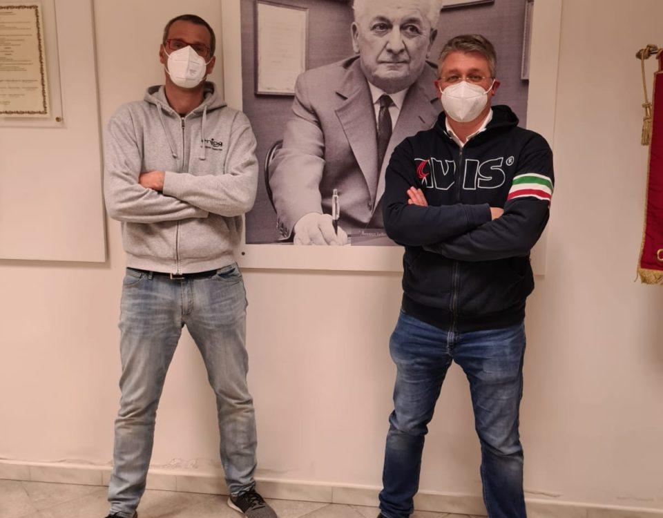Matteo Gerli (a sx) e Carlo Assi (a dx) sotto lo sguardo vigile di Vittorio Formentano, fondatore dell'AVIS.